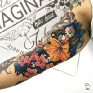 Tattoos de flores hawaianas - Tatuaje flores realistas en el brazo