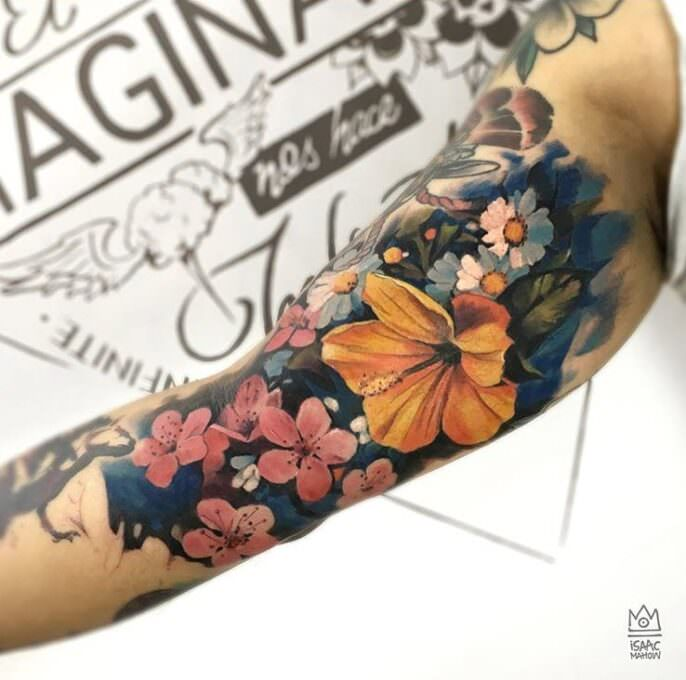Tatuaje flores realistas en el brazo