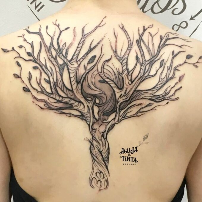 Tatuaje de árbol de mujer