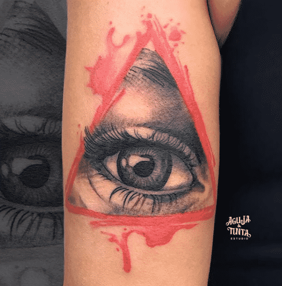 Tatuaje de un ojo dentro de un triangulo
