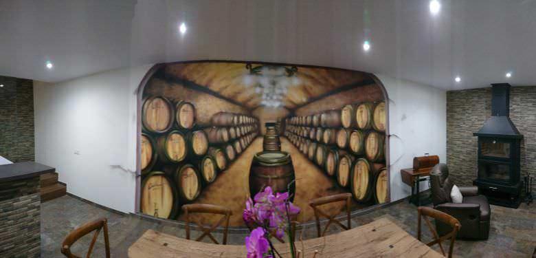Bodega con mural de barriles