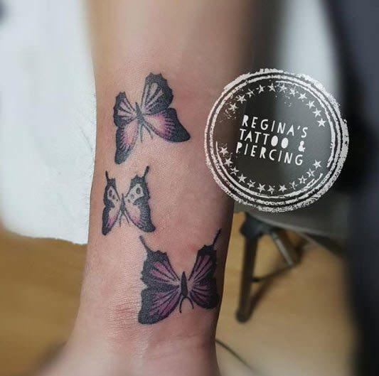 Tatuaje mariposas en el tobillo