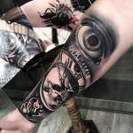 tatuaje brazo ojo y reloj antiguo