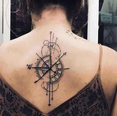 Tatuaje brújula en la espalda