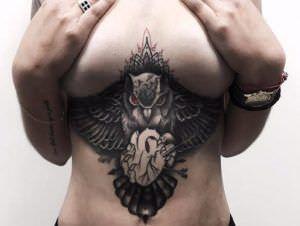 Tatuajes debajo del pecho mujer - Búho debajo del pecho