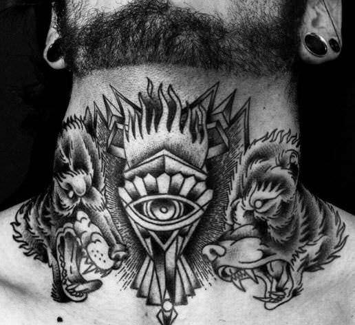 Tatuaje neotradicional en el cuello con dos lobos
