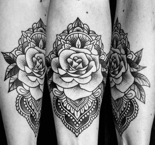 Tatuaje neotradicional de rosa