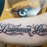 tattoo con letras en el biceps