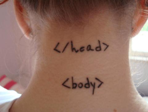 tattoo de mujer, código en el cuello