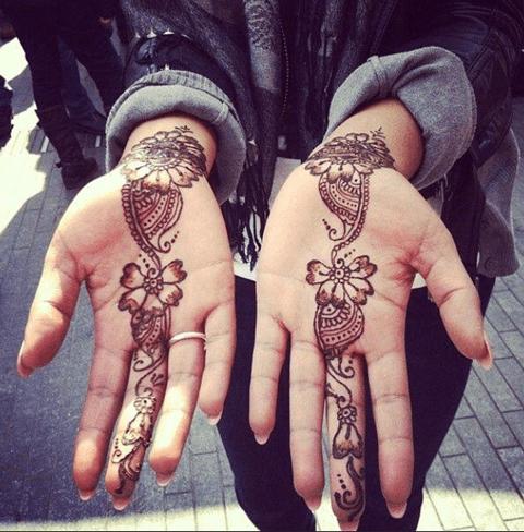 Tatuajes de enredadera en las manos
