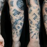 tatuaje de hombre en el brazo