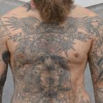 tatto en el pecho, lobo, ojo, angel