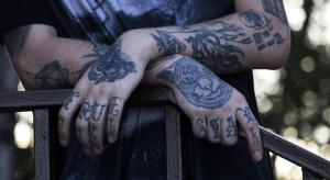 tattoo en las manos y en el brazo en blanco y negro