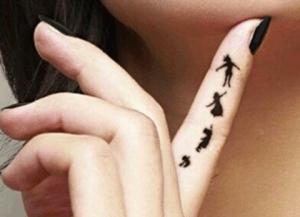 tattoo de peter pan en la parte interior del dedo