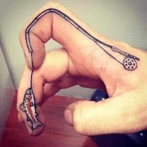 tattoo de pescador en varios dedos