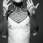 tattoo maorie en el pecho cuello y brazos