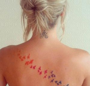 tatuaje de golondrina en la espalda