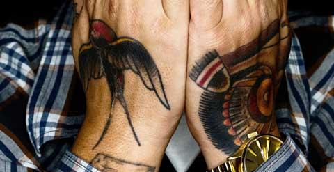 Tatuaje golondrina mano oldschool