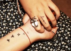 tattoo de pájaros en la muñeca