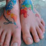 tattoo en el pie, mapa del mundo a color