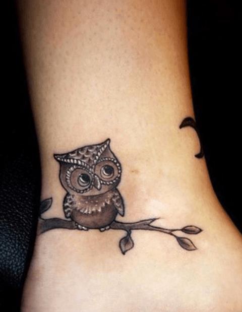tattoo en el tobillo, buho subido en una rama