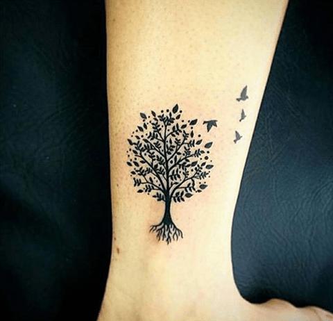 tattoo sencillo en la pierna, árbol con pájaros
