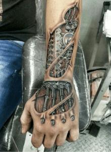 tattoo con brazo y mano de robot, tatuaje para brazo entero