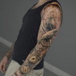 Tatuaje en brazo entero pájaros en una rama