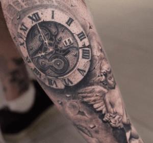 Tattoo de reloj grande en el brazo