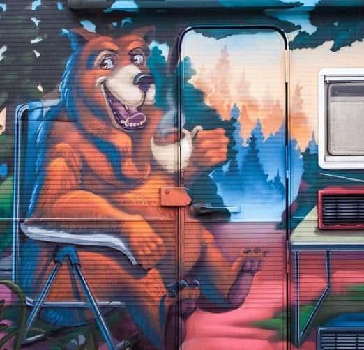 Detalle de Oso en Graffiti pintado en una autocaravana