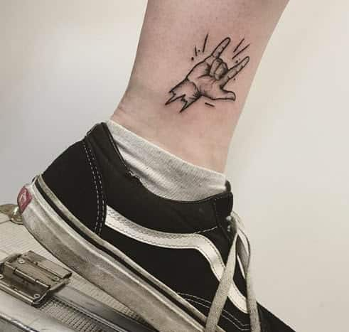 Tatuaje manos haciendo los Cuernos