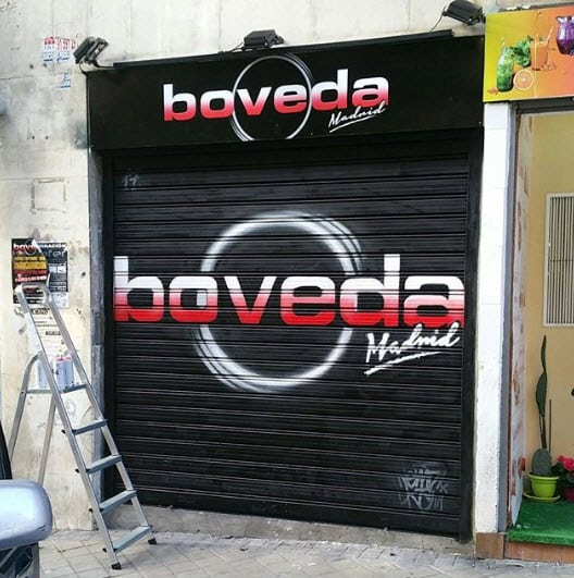 Mural en la persiana metálica, Bar Boveda Madrid