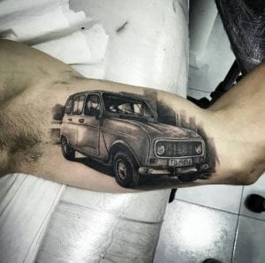 Mejores tatuajes - Tatuaje coche Renault antiguo en el brazo