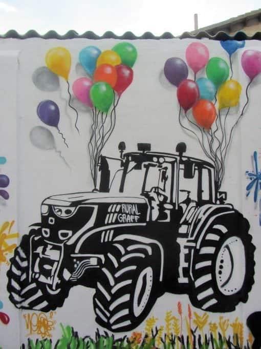 Graffiti tractor en blanco y negro