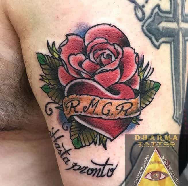 Tatuaje rosa y corazón