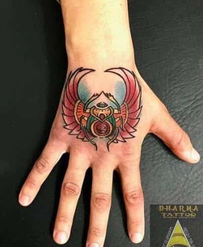 Escarabajo egipcio tattoo en la mano