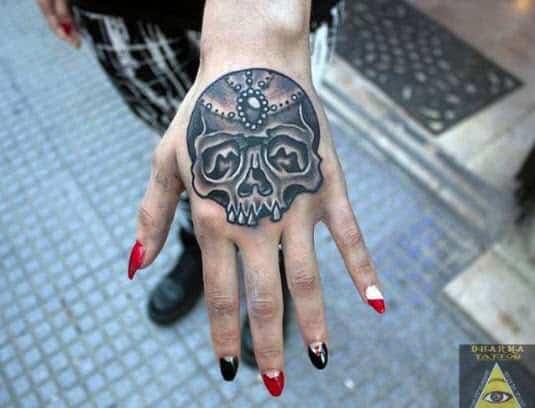 Tattoo en la mano con una calavera