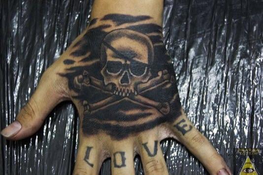Tatuaje calavera pirata en la mano