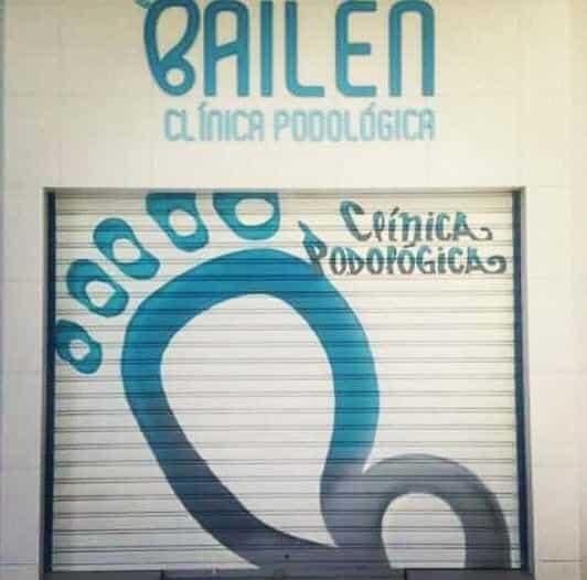 Cierre metálico con graffiti clínica podología