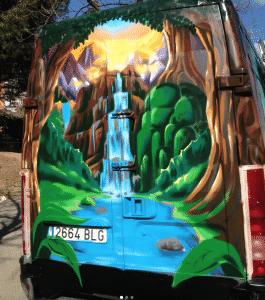 Graffitis - Portón de furgoneta pintado con espray