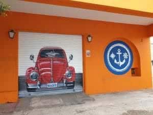 Graffiti comercial en Cartagena - Mural pintado en un cierre de un lavadero