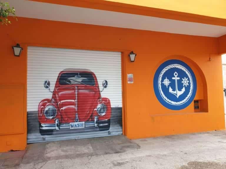 Mural pintado en un cierre de un lavadero