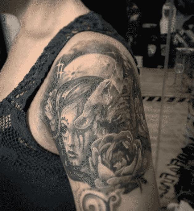 Tatuaje en el hombro - Rosas con lobo