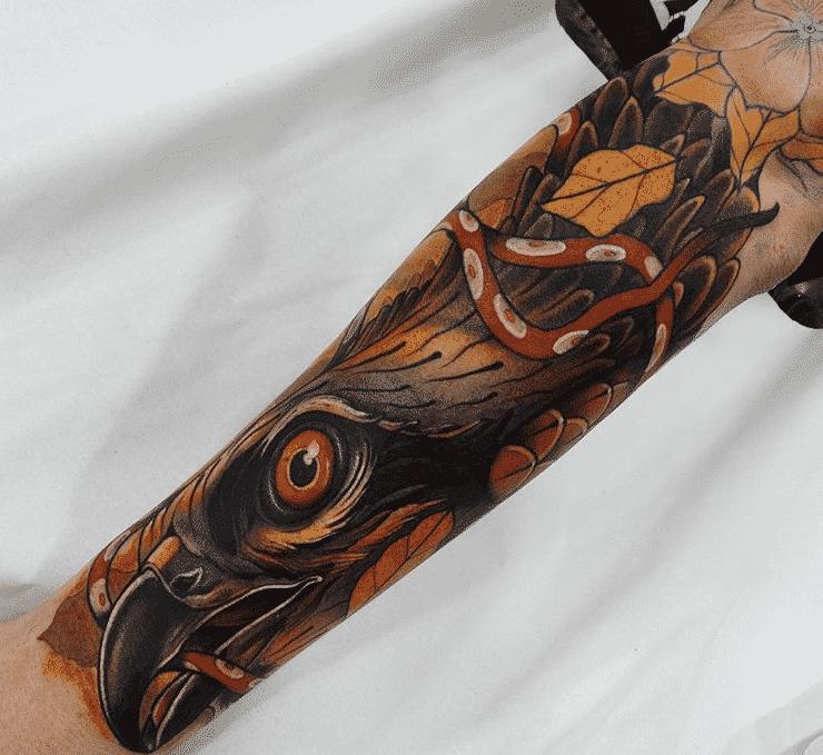 Tatuaje neotradicional Águila en el brazo