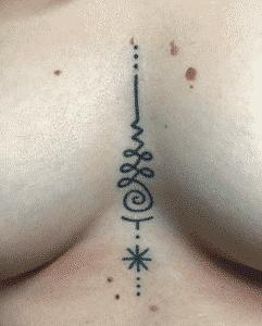 Tatuajes debajo del pecho mujer - Tatuaje underboob