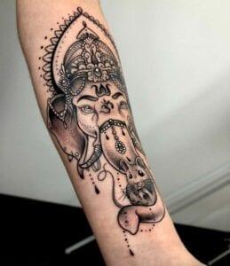 Tatuajes en el brazo - Ganesha: Tatuaje budismo y ratoncillo en la trompa