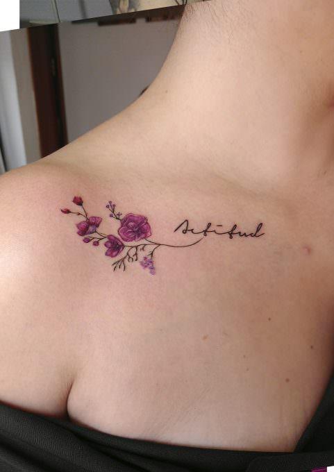 Minimalista: Tatuaje de la palabra actitud con una flor