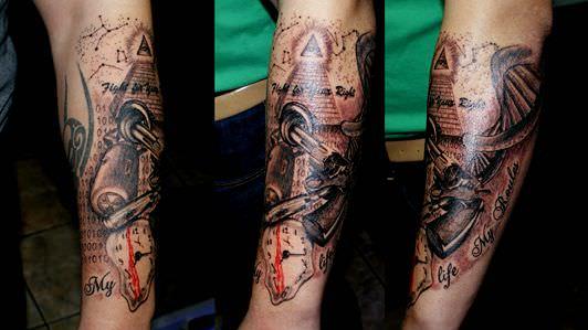 Estudios de Tatuajes en Barcelona-Tatuaje antebrazo con pistola-wally tattoo