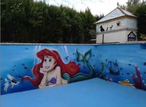 Graffiti comercial en Granada - Mural piscina con la sirenita