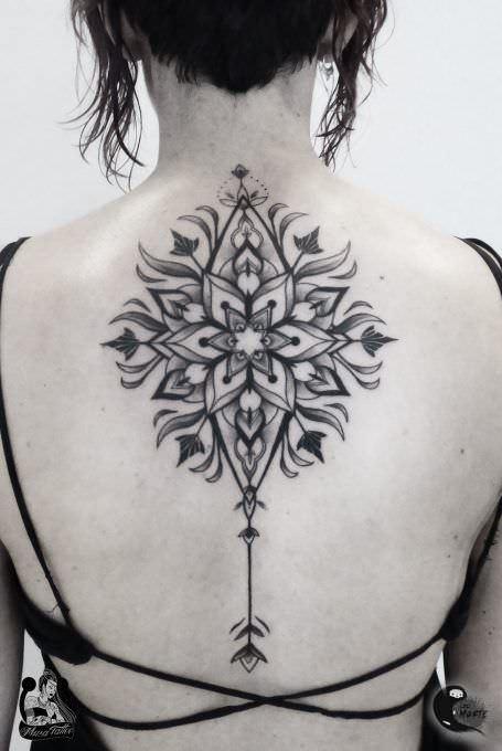 Tatuaje Dark Mandala en la espalda